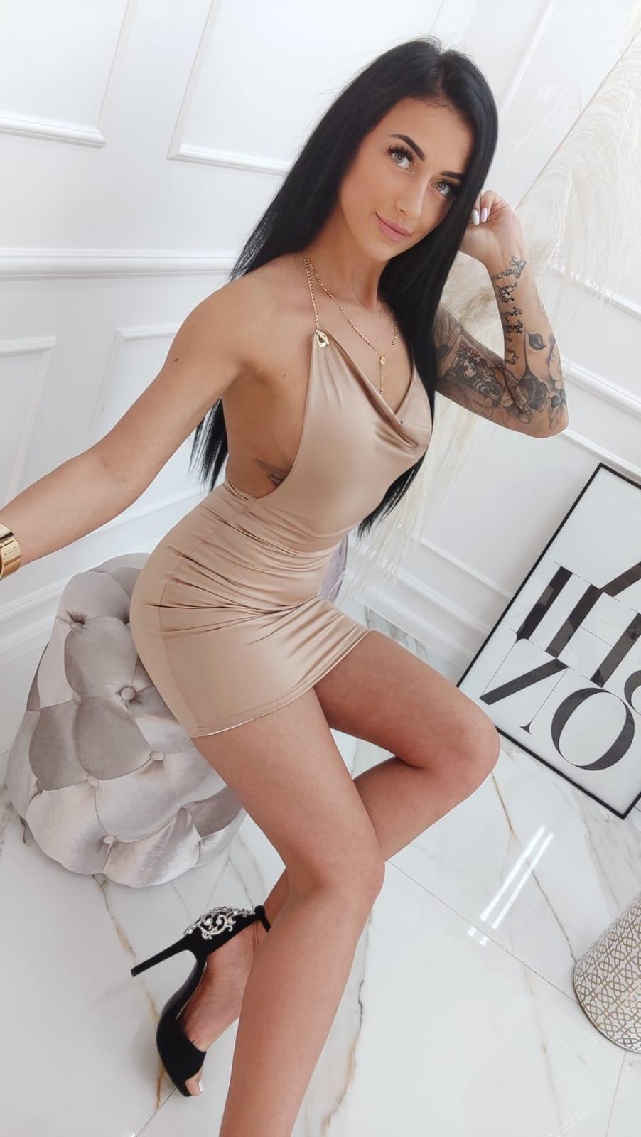 Dámske béžové šaty s ramienkami na retiazku (Dámske béžové šaty s ramienkami na retiazku)
