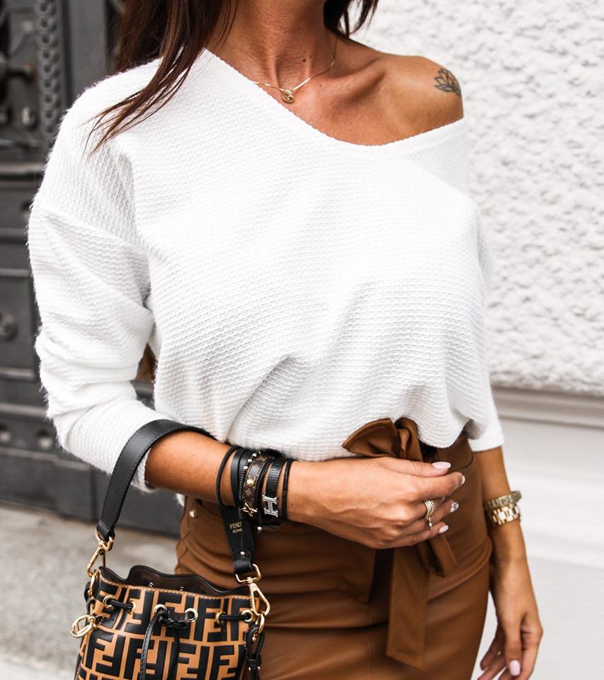 Dámsky biely sveter s brošnou (Dámsky biely sveter s brošnou)