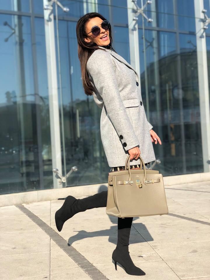 Kompletné špecifikácie. Štýlový a elegantný dámsky kabát v sivej farbe. 41813f28d4f